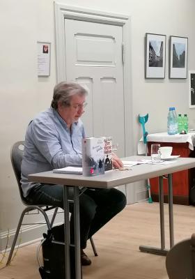 """Fotoalbum Literatur-Café: Wolfgang Hörmann liest aus dem Buch """"Der eiserne Gustav"""" von Hans Fallada"""