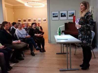 """Fotoalbum Kristin Schindler aus Dreetz liest in der Wusterhausener Bibliothek aus ihrem Debütroman """"Gemeinsam"""""""