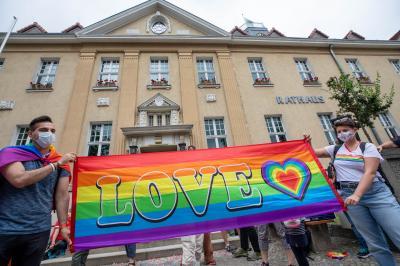 Fotoalbum Regenbogenfahne als Zeichen der Toleranz und Akzeptanz gehisst