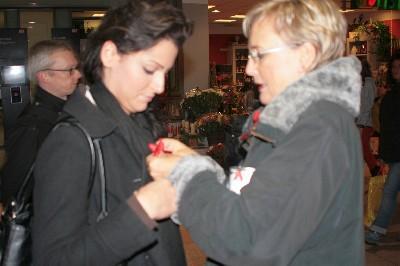 Foto des Albums: Spendenaktion der Potsdamer AIDS-Hilfe im Hauptbahnhof (01.12.2009)