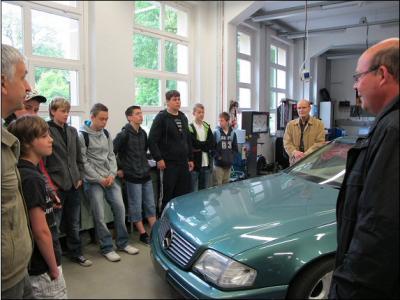 Fotoalbum Physik für Anwender - Kant-Schüler lernen in der KFZ-Lehrwerkstatt des OSZ Friesack