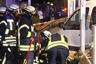Fotoalbum Auto schleuderte in Eisdiele. Großalarm für Feuerwehr- und Rettungskräfte in Trittau