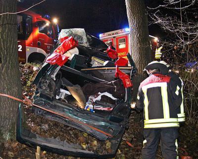 Fotoalbum PKW-Fahrer im Kofferraum eingeklemmt: Komplizierte Rettung nach Baum-Crash bei Trittau