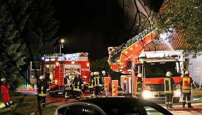 Fotoalbum Nächtliches Großfeuer am Großensee: Alter Tanzsaal in Vollbrand