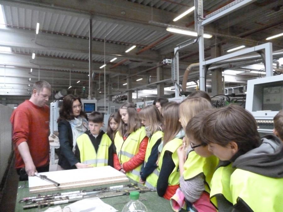 Amt Meyenburg Die Klasse 5a Lernt Das Mobelwerk In Meyenburg Kennen