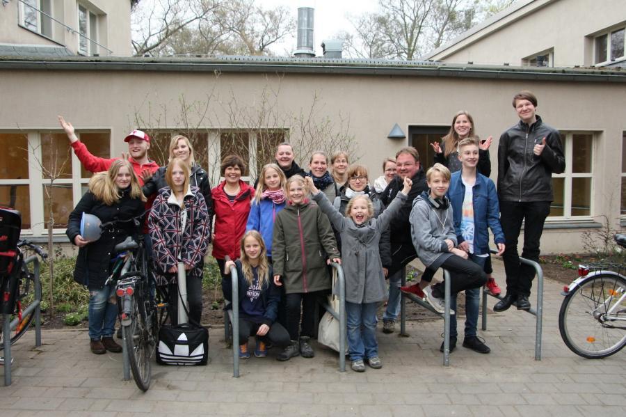 Foto der Galerie: Fanfarenzug Potsdam - Nicht durch die Hecke, aber ins Beet ...
