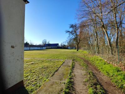 Blick von Osten auf Sportplatz und Pavillon