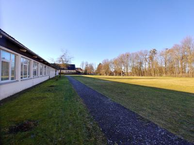 Pavillon und Sportplatz Blick aus Osten