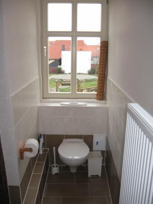 Toilette mit Blick zum Weißen Garten