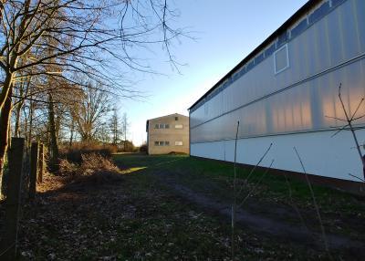 Turnhalle Ostseite Blick aus Norden auf BVVG-Fläche