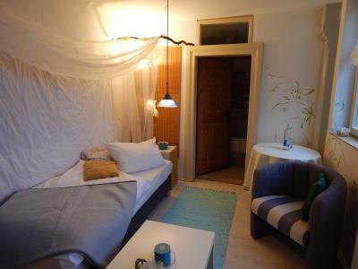 Zimmer mit Badewanne und Dusche