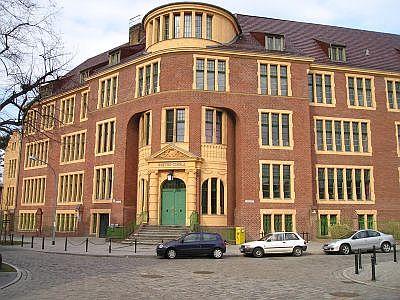Die Goethe-Schule in Babelsberg beherbergt auch die Zweigstelle der Stadt- und Landesbibliothek.