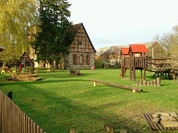 Kirche und Kinderspielplatz