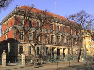Das Hauptgebäude des Amtsgerichts Potsdam in der Hegelallee.