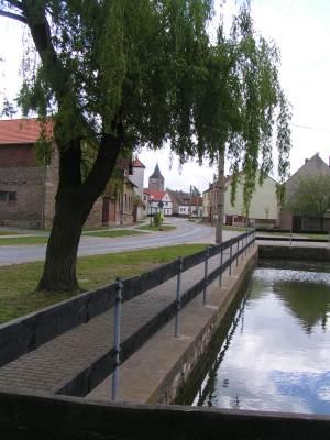 Ortsansicht mit Blick auf die Kirche