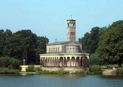 Die Heilandskirche ist der wohl bekannteste Bau des Sacrower Schlossparks.