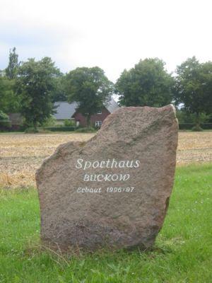 Stein vor dem Vereinsgebäude