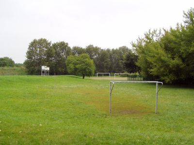 Neben der Halle gibt es auf dem Schulgelände einen Rasenbolzplatz und einen Basketballasphaltcourt.