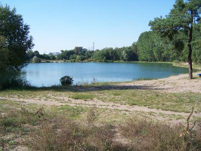 Der gemütliche kleine See liegt 200m-300m hinter der Haltestelle Turmstrasse. Es gibt mehrere Badestellen rings um den See verteilt und das Wasser ist auch verhältnismäßig sauber.