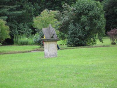 Mitten im Schlosspark befindet sich diese Sonnenuhr.