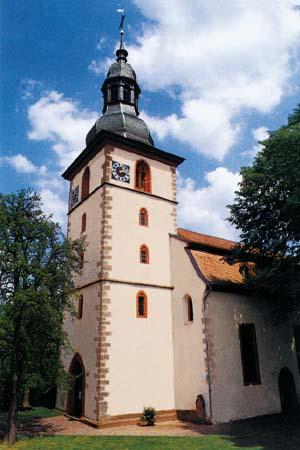 Die große Linde auf dem früheren Kirchhof erinnert an die ehemalige Kirchbrombacher Zentgerichtsstätte.