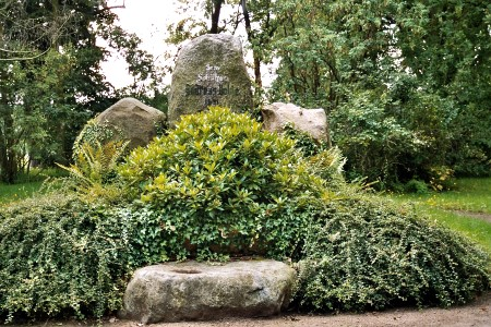 Andreas Bolde - Denkmal 2005 (nordöstlich des Stadtparks zur Schliebener Straße, links davon führt der alte Elsterwall entlang der Elster)