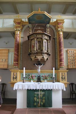 Der Altar und die Kanzel in der Kirche zu Arnsfeld.