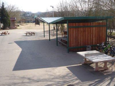 Der Schulhof mit Spielplatz und Sitzgelegenheiten