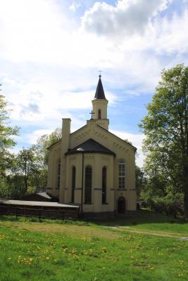 Die Beuthaer Kirche von hinten.
