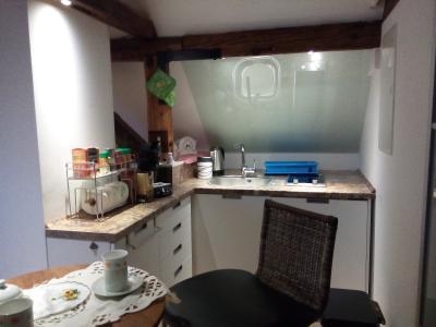 Küchenbereich  mit Tisch  und 3 Sitzhocker