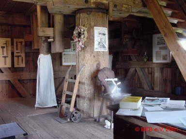 Foto: Das Innere der Mühle überrascht! Mit viel Liebe zum Detail und einladend hergerichtet erfährt der Besucher hier alles Wissenswerte über die Geschichte der Bockwindmühle und weiteres Informationsmaterial