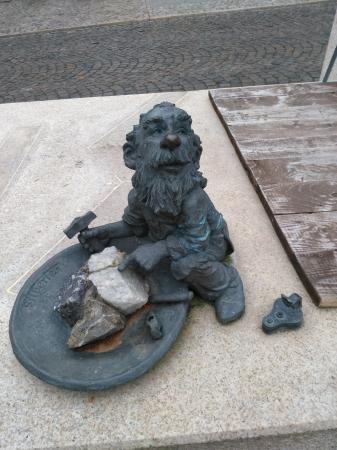 Auf Initiative des Bürgervereins und mit Unterstützung der Stiftung Pfennigsdorf sowie vieler Förderer und Sponsoren gestaltete Bildhauer Jochen Müller aus Quedlinburg diese Figuren. Den Bergmann sogar nach lebendem Vorbild.