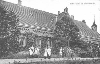 Das Pfarrhaus in Schorrentin auf einer Ansichtskarte von 1904 oder früher