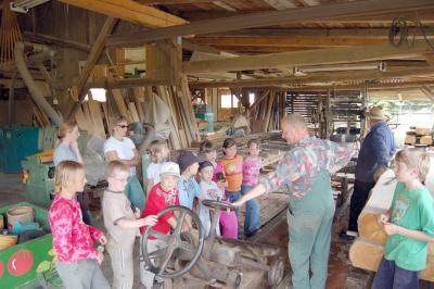 HK Kindergruppe in einem Hayner traditionellen Sägewerk