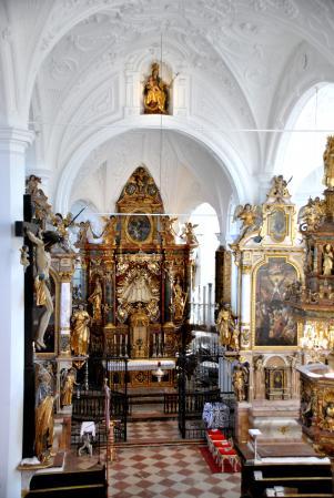 Der renovierte Kirchenraum mit Hochaltar der Mutter Gottes