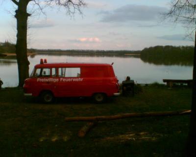 Blickst Du vom Campingplatz zum See, dann ragt das Kloster in die Höh...