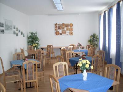 Tische und Stühle bieten Platz für ca. 40 Personen