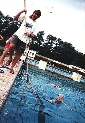 Schwimmmeister Thäle beim Training - Kinder erlernen Schwimmstufe -