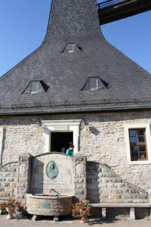Eingang Borlachmuseum am Borlachplatz, mit Solebrunnen