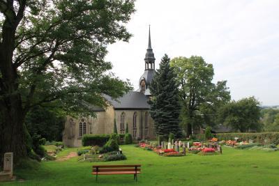 Kirche und Friedhof in Erlbach