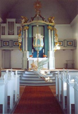 Innenansicht mit Altar und Taufengel