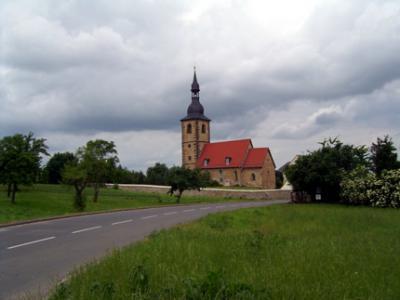 Ortseingang mit Blick auf die Kirche