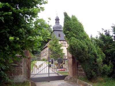 Blick auf den Friedhof Wersdorf mit Kirche