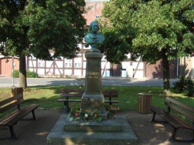 Denkmal C.-H. Graun vor Heimatmuseum