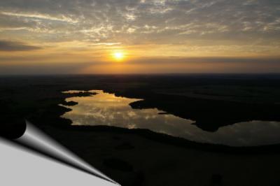 Blick zur untergehenden Sonne aus der Luft.