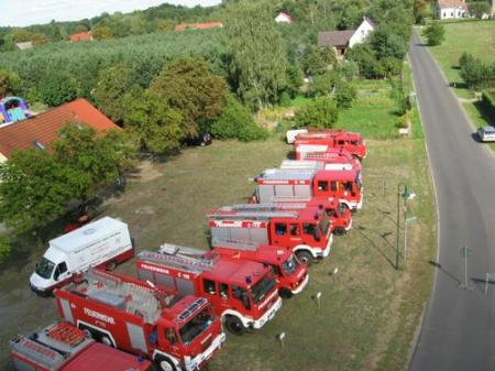 Luftbild vor dem Gerätehaus zum 80. Jubiläum 2008