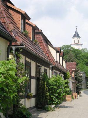 Fachwerkhäuser und Blick auf die Kirche