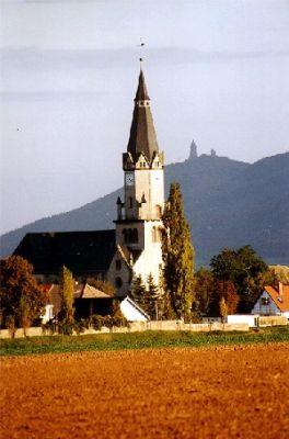 St. Petri-und-Paul-Kirche in Berga, im Hintergrund der Kyffhäuser