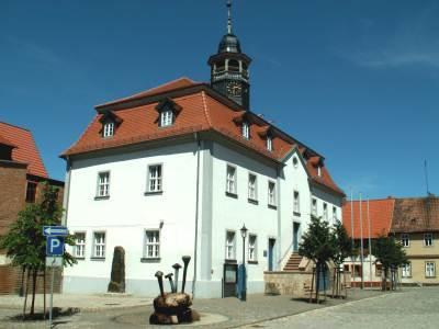 Rathaus im Ortsteil Ermsleben mit Brunnen und Nagelstein
