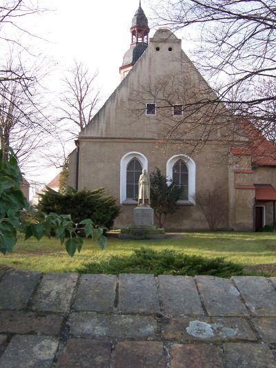 Kirche mit Denkmal vor der Sanierung
